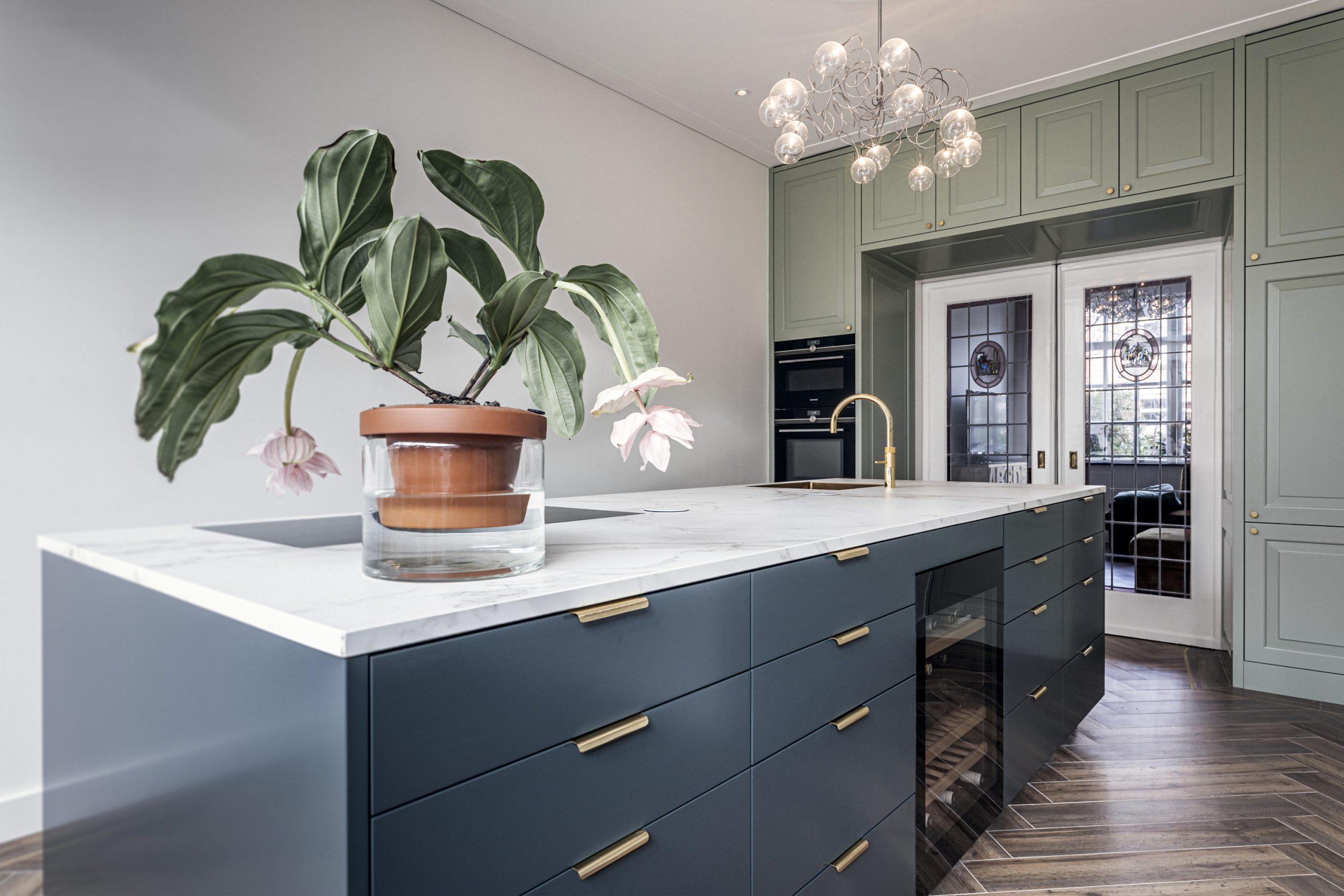 Strak moderne keuken met klassieke details