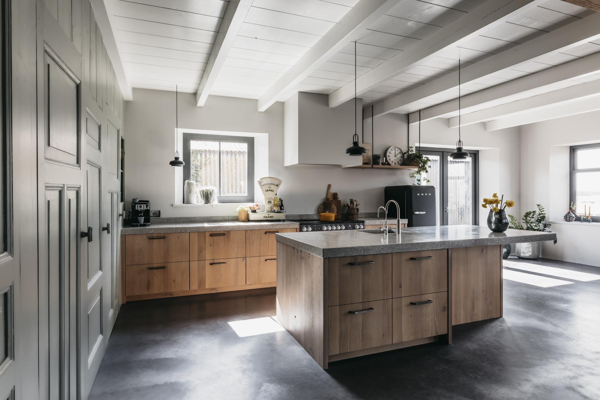 Strakke keuken met kookeiland
