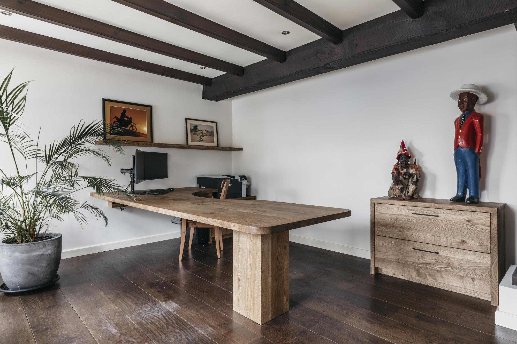 Bureau en ladekast van massief hout